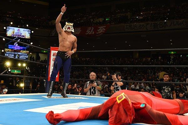 【新日本プロレス】注目の「タイガーマスクW」スペシャルマッチで、ウワサのタイガーマスクWが鮮烈ファイトを展開、レッドデスマスクに完勝!!