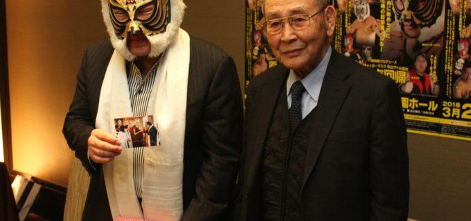 『原点回帰』プロレス<記者会見>ダライ・ラマ猊下が初代タイガーマスクに袈裟&秘薬を贈呈