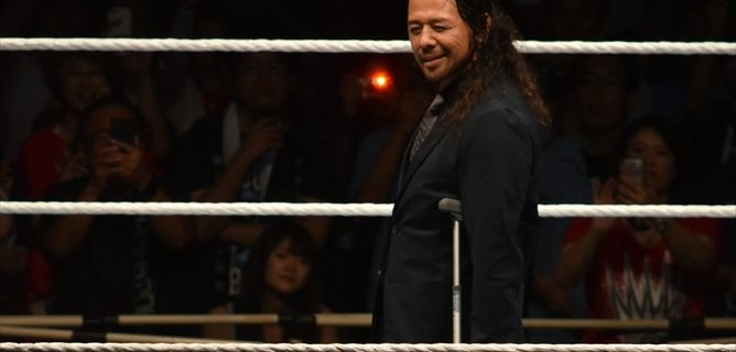 【WWE Live Tokyo】中邑真輔がAJスタイルズとの王座戦を欠場、松葉杖で登場しファンへ挨拶!