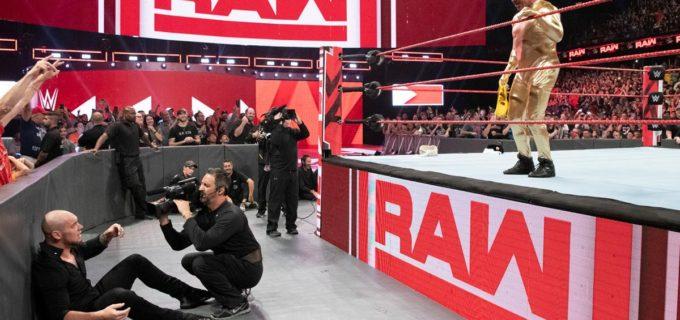【WWE】カート・アングルGMが全身金色マスクマンで復帰