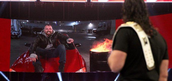 """【WWE】「シールドにいることで弱くなった」アンブローズが""""シールドの象徴""""を焼き捨て"""
