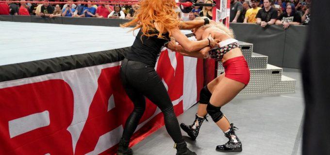 【WWE】止まらないベッキーとレイシーの襲撃合戦