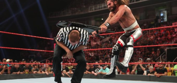 【WWE】ロリンズが不服の反則裁定に怒り爆発!