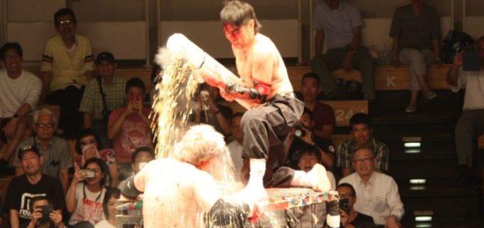 【大日本】ラスト鉄檻蛍光灯タッグは壮絶なデスマッチに!後楽園ホールに「黄金の雨」が降る!蛍光灯扇も炸裂