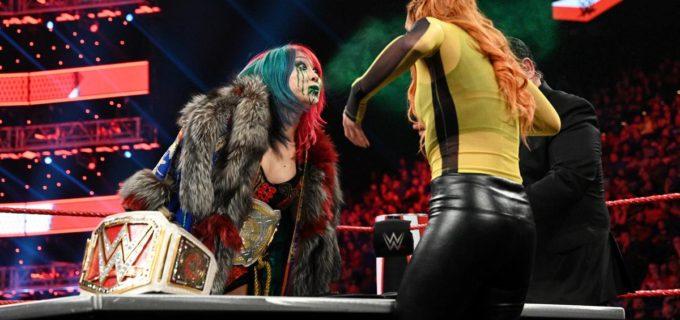 "【WWE】""女帝""アスカが調印式で王者ベッキーに毒霧噴射!"