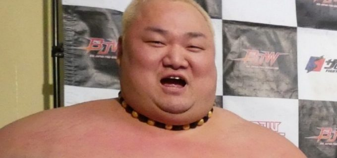 【大日本】歴代日本人最重量レスラー225㎏の浜亮太が見事な足上げ腹筋を披露「カ…カワイイ」