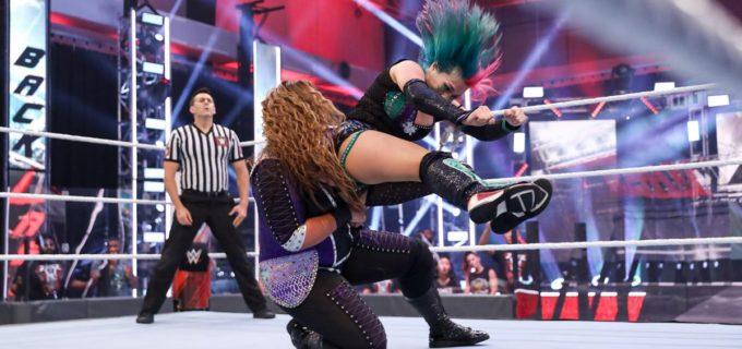 """【WWE】アスカ、両者リングアウト裁定で""""大女""""ナイアへ怒り爆発!「しばくぞこの野郎!」"""