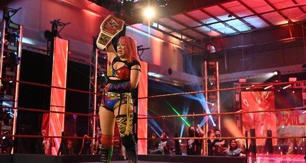 "【WWE】ロウ女子王者アスカが因縁のスマックダウン女子王者ベイリーを撃破して""女子王者対決""を制す"