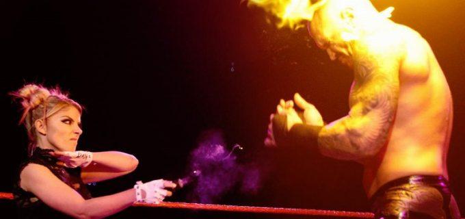 """【WWE】トリプルHとオートンが対決も""""小悪魔""""アレクサがオートンの目を焼き払う"""
