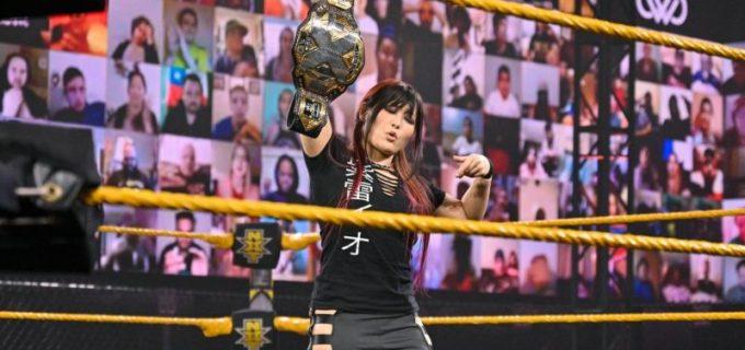 【WWE】王者紫雷イオが挑戦者トニーとメルセデスをムーンサルト葬