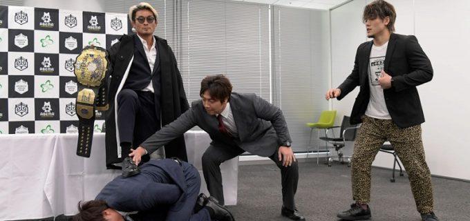 【DDT】UNIVERSAL王者・上野勇希、調印式で挑戦者・坂口征夫に襲撃受けベルト防衛に暗雲!