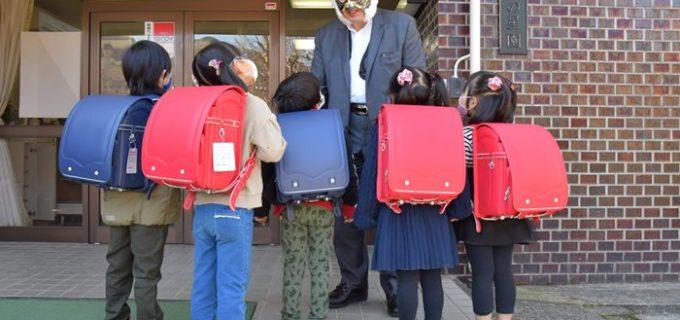 初代タイガーマスクが児童養護施設の子どもたちにランドセルを贈呈!「この中から未来のタイガーマスクが生まれていってほしい」