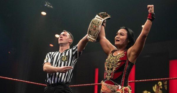 【WWE】里村明衣子が挑戦者アメールを粉砕して王座初防衛「ベルトは誰にも渡さない」