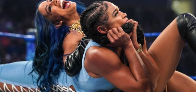 """【WWE】""""ボス""""サーシャ・バンクスが調印式で王者ビアンカ・ブレアをバンクステートメント葬"""