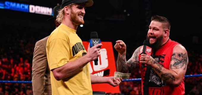 【WWE】YouTuberローガン・ポールがオーエンズにお金を投げつけて侮辱