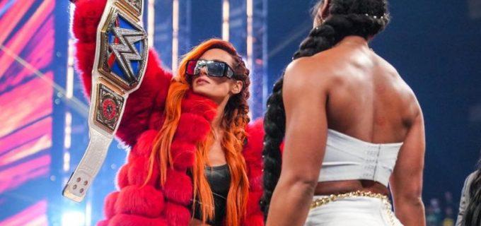 "【WWE】王者ベッキーが会場からの""サインしろ""チャントに反発!調印書を投げつけてビアンカを威圧"